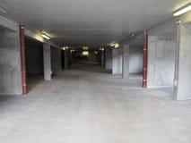 Estacionamiento subterráneo hecho del acero concreto Fotos de archivo