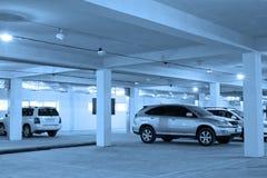 Estacionamiento subterráneo, tono azul Fotos de archivo