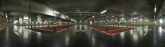 Estacionamiento subterráneo grande, visión panorámica Imagenes de archivo