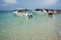 Estacionamiento temporal de barcos en la playa Imagenes de archivo