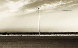 Estacionamiento vacío con el farol, tonalidad de la sepia fotografía de archivo