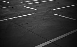 Estacionamiento vacío con las líneas blancas foto de archivo