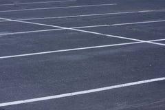 Estacionamiento vacío con las líneas blancas Imágenes de archivo libres de regalías