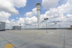 Estacionamiento vacío en la estación del aeropuerto Foto de archivo