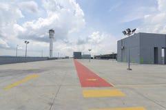 Estacionamiento vacío en la estación del aeropuerto Imagenes de archivo