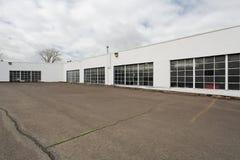 Estacionamiento vacío fuera del almacén comercial Foto de archivo libre de regalías