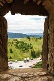 Estacionamiento y colinas verdes del balanceo a través de la ventana Foto de archivo libre de regalías