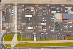 Estacionamientos desde arriba Silueta del hombre de negocios Cowering foto de archivo libre de regalías