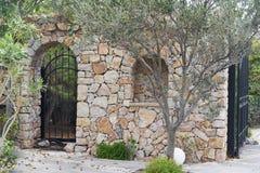 Estacione a entrada com porta aberta do ferro forjado na parte traseira do inclinação e corte a trilha Imagens de Stock Royalty Free