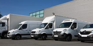 Estacione a entrega especializada sociedade com caminhões e a camionete pequenos Imagens de Stock
