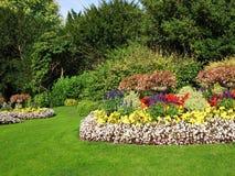 Estacione Flowerbeds e gramado Foto de Stock