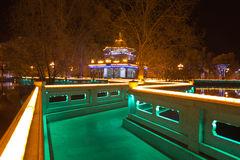 Estacione na noite com luzes conduzidas iluminadas em China Fotos de Stock Royalty Free