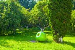 Estacione no território do monastério de St Anthony em Veliky Novgorod, Rússia Ajardinando o detalhe no formulário da maçã verde  Imagens de Stock Royalty Free