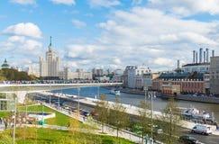 Estacione Zariadye com uma ponte ao meio do rio Foto de Stock Royalty Free