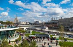 Estacione Zariadye com uma ponte ao meio do rio Fotografia de Stock