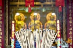 Estaciones budistas del incienso en la capilla Templos budistas en la secta de Mahayana Palillo del incienso en una bandeja con l imagenes de archivo