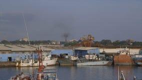 Estaciones de acoplamiento de los transbordadores, puerto de Conakry, Guinea almacen de video