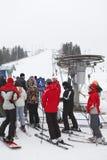 Estaciones de esquí de Sorochany con la gente de la fila de procesos en espera Imagenes de archivo