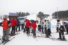 Estaciones de esquí Sorochany con la gente de la fila de procesos en espera Fotografía de archivo