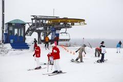 Estaciones de esquí Sorochany con la gente de reclinación Imágenes de archivo libres de regalías