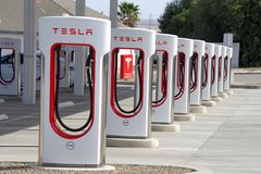 Estaciones que sobrealimentan de Tesla en la ciudad de Kettleman, CA Imagenes de archivo