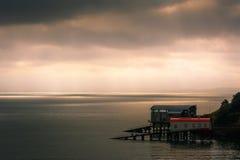 Estaciones y gradas viejas y nuevas del bote salvavidas en Tenby en País de Gales Imagenes de archivo