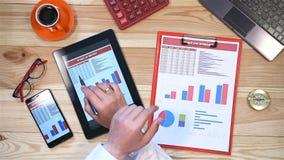 Estadísticas de Checks Start Up del hombre de negocios almacen de metraje de vídeo