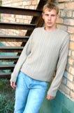 Estada à moda nova do homem sob escadas. Foto de Stock