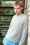 Estada à moda nova do homem sob escadas. Imagens de Stock Royalty Free