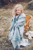 Estada adorável da menina coberta com a cobertura foto de stock royalty free