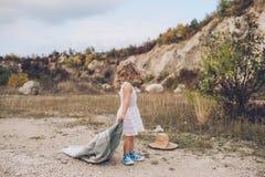 Estada adorável da menina coberta com a cobertura fotos de stock royalty free