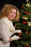 Estada da menina sobre a árvore de Natal fotos de stock royalty free
