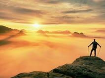 Estada da silhueta do homem no pico afiado da rocha Satisfaça o caminhante apreciam a vista Homem alto no penhasco rochoso Fotos de Stock Royalty Free