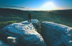 Estada da silhueta do homem no pico afiado Satisfa?a o caminhante apreciam a vista imagem de stock