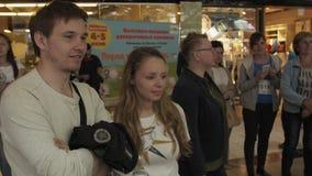 Estada de muitos povos no shopping que olha algo Visitantes do evento vídeos de arquivo