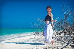 Estada delgada bonita da menina na praia com espinhoso foto de stock royalty free