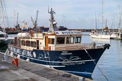 Estada do barco de motor nos cais para baleias e golfinhos de observação imagens de stock