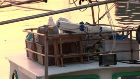 A estada do barco em amarra contra cais, opinião da noite do crepúsculo filme
