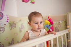Estada do bebê na cama foto de stock royalty free