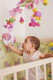 Estada do bebê na cama Foto de Stock
