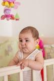 Estada do bebê na cama imagens de stock royalty free