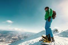 Estada do Snowboarder na parte superior da montanha Fotografia de Stock