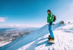 Estada do Snowboarder na parte superior da montanha Imagens de Stock