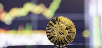 Estada dourada do bitcoin no ackground da carta fotos de stock