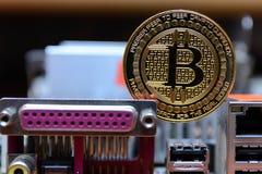 Estada dourada do bitcoin no cartão-matriz do computador imagem de stock royalty free