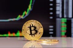 Estada dourada do bitcoin no fundo da carta imagens de stock royalty free