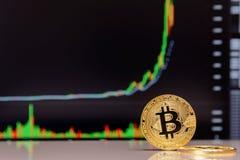 Estada dourada do bitcoin no fundo da carta foto de stock