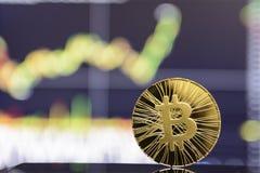 Estada dourada do bitcoin no fundo da carta fotografia de stock royalty free