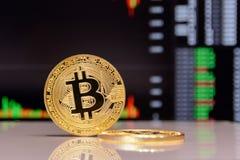 Estada dourada do bitcoin no fundo da carta fotos de stock royalty free
