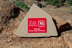 Estada fora do sinal das rochas na fuga Imagem de Stock Royalty Free